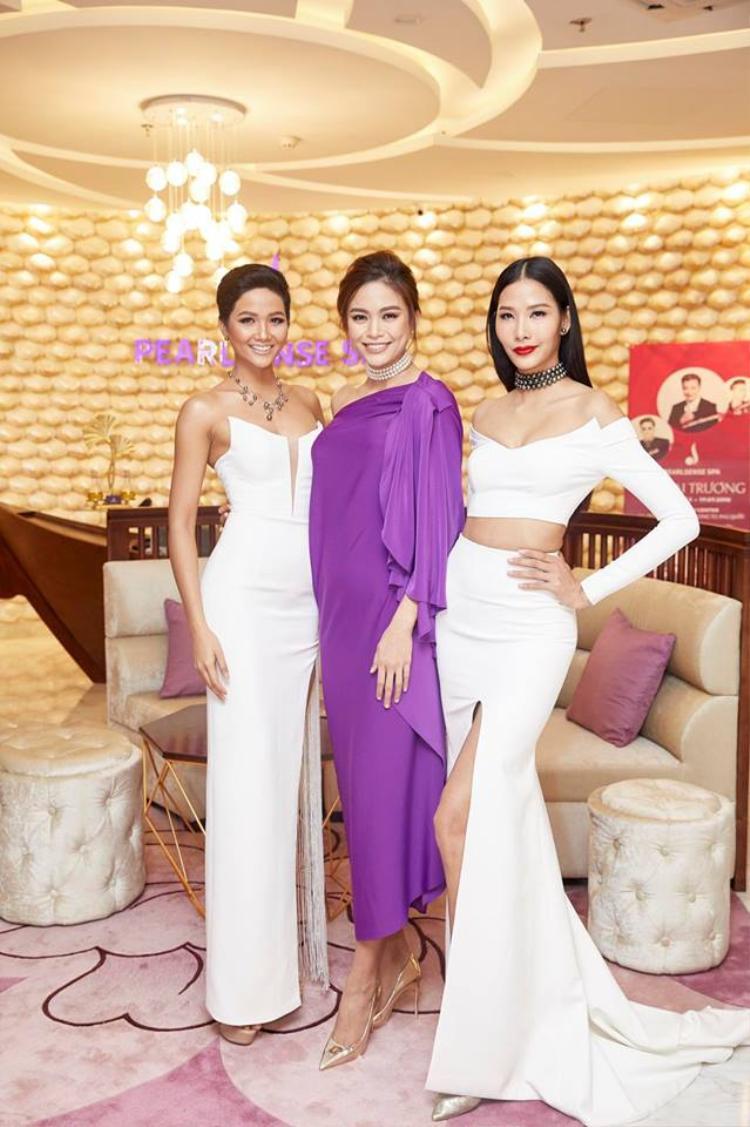 Trong dàn top 3 HHHV, Mâu Thủy như một Hoa hậu quý bà. Cũng với chiếc váy này, nhưng khi được Angela Phương Trinh diện thì lại mang một cục diện hoàn toàn khác.