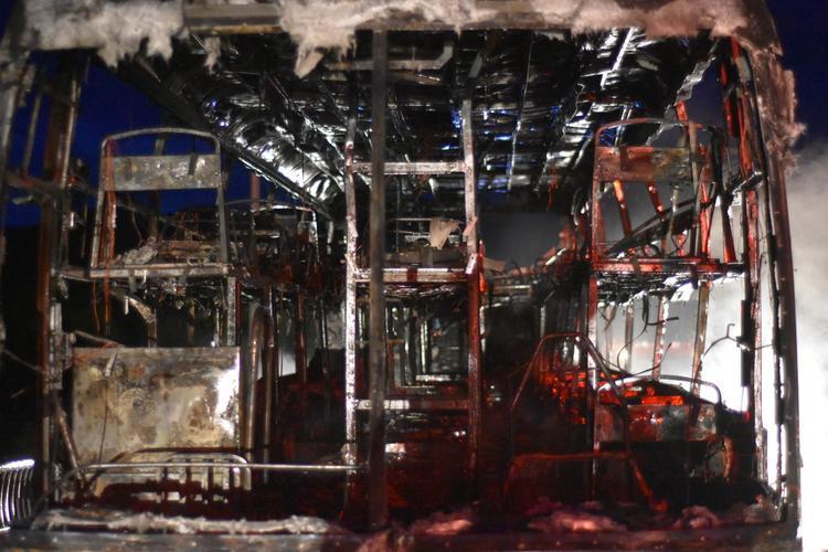 Chiếc xe khách bị cháy trơ khung. Ảnh: Nguyễn Do
