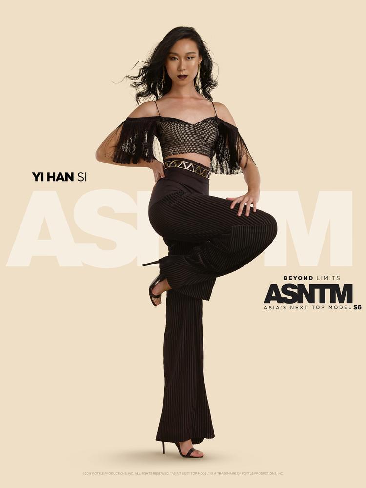 Yi Han Si, 18 tuổi: Lớn lên trong gia đình cha mẹ luôn cãi vã và lạnh nhạt với nhau, Han buộc phải trưởng thành sớm hơn các bạn đồng lứa. Dù là thí sinh nhỏ tuổi nhất cuộc thi, cô là một trong các thí sinh chắc chắn và độc lập nhất; cô đã bắt đầu sự nghiệp người mẫu tại Tuần lễ thời trang Digital Fashion Week khi chỉ mới 15 tuổi.