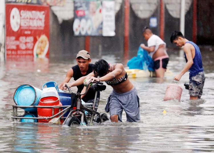 Lượng mưa như nước trút trong những ngày qua không chỉ khiến thành phố Manila chìm trong biển nước mà còn khiến tình trạng giao thông tê liệt, ảnh hưởng tới việc sinh hoạt và di chuyển của người dân. Ảnh: Reuters