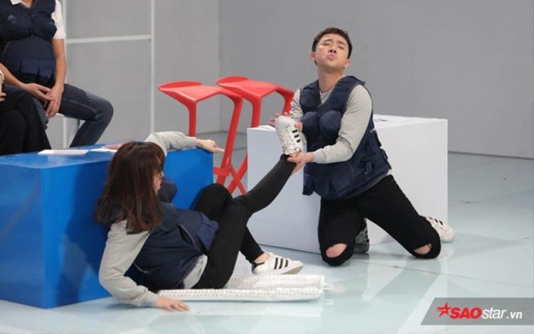 Khổ sở hơn cả Trường Giang, Trấn Thành bị câm khi Hari Won gặp nạn giữa hồ bơi