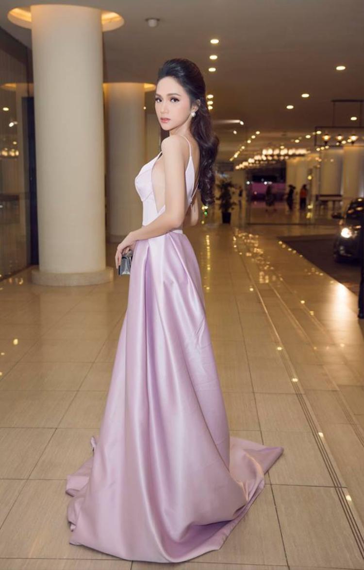 """Hoa hậu chuyển giới Hương Giang """"thôi miên"""" triệu ánh nhìn với thiết kế tông màu tím Lilac (tông tím pha hồng) tạo sự nhẹ nhàng, thướt tha, nữ tính."""