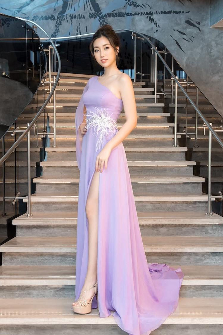 Hoa hậu Đỗ Mỹ Linh cũng là người đẹp ghi điểm tuyệt đối với tông màu tím Lilac.Màu tím là một sắc màu tôn da, nếu bạn sở hữu làn da trắng thì sẽ toát lên vẻ mong manh, dịu dàng còn nếu có làn da nâu, nước da nâu giòn, khoẻ khoắn càng thêm nổi bật.
