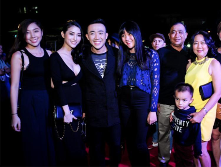 Trấn Thành chụp hình cùng gia đình.