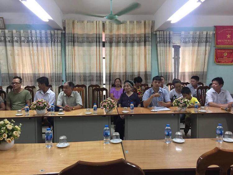 Từ sáng sớm, cơ quan chức năng và gia đình anh Phùng Giang Sơn đã có mặt.