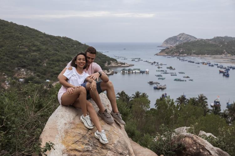 Táo bạo khóa môi trai Tây: MV nóng nhất hè này thuộc về Thảo Trang?