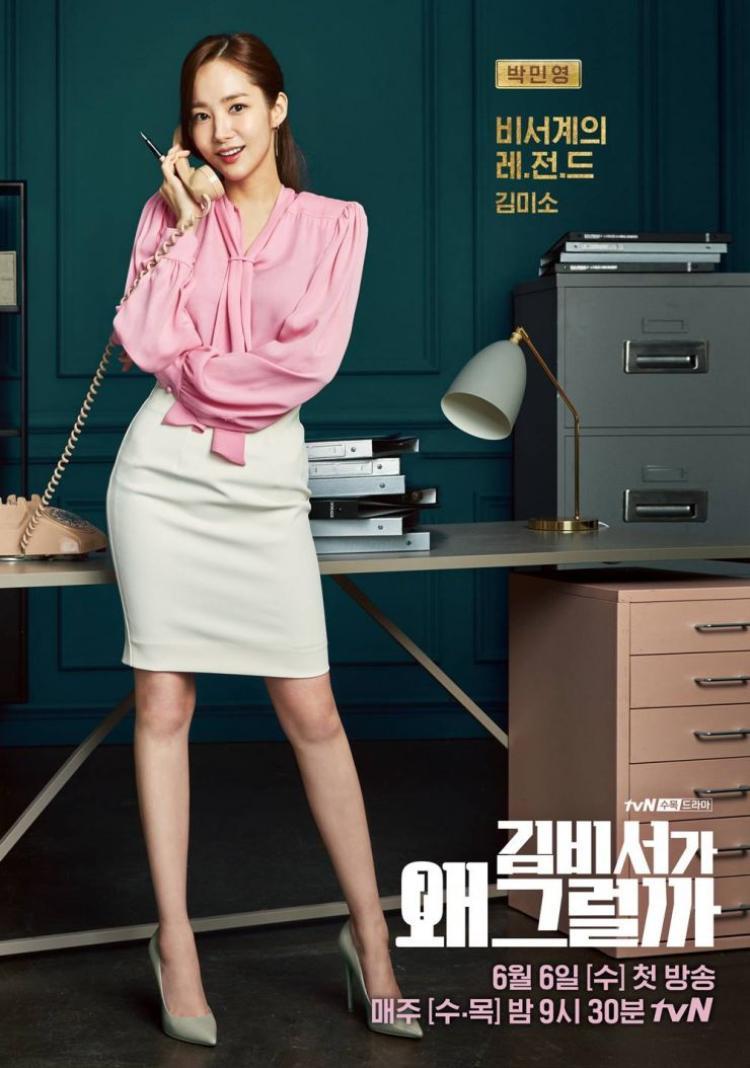 Những thiết kế áo blouse mềm mại ngọt ngào kết hợp cùng chân váy bút chì dáng ôm cơ bản.