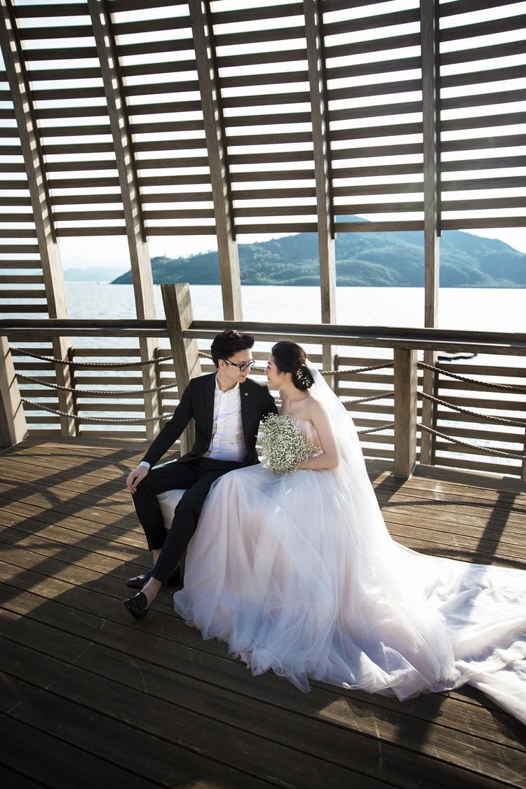 Á hậu Tú Anh xinh đẹp, e ấp bên hôn phu Gia Lộc trong loạt ảnh cưới đẹp tựa ngôn tình