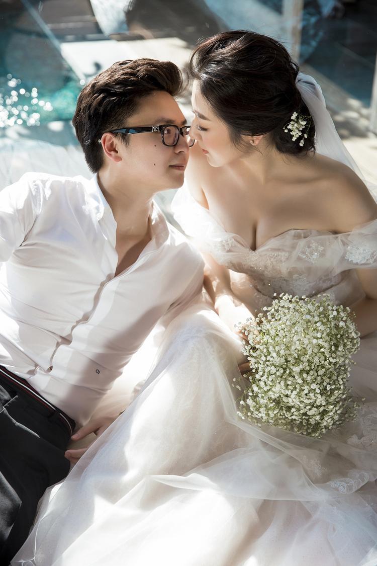 """Không chỉ """"tâm đầu ý hợp"""", cuộc tình giữa Á Hậu và vị hôn phu cũng được hai gia đình ủng hộ hết mình."""