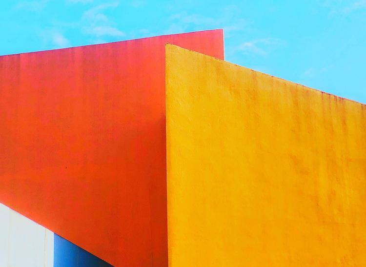 """Giải nhì Trừu tượng - """"The Union of Colors"""": Chụp ở một trong những trung tâm thương mại lớn nhất Philippines. Tôi đang đi dạo trong trung tâm thương mại thì cảm thấy ngạc nhiên bởi hình khôi và màu sắc này. Chụp bằng iPhone X. (Edwin Loyola)"""
