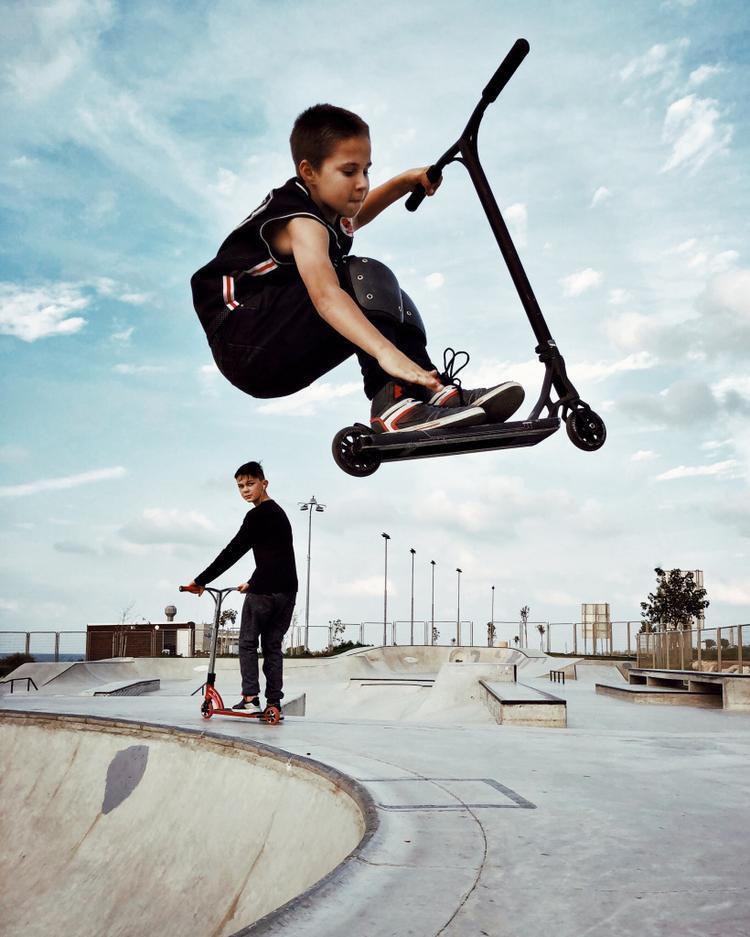 """Giải nhì Trẻ em - """"Air"""": Một trong số nhiều hình ảnh chụp ở công viên Skate. Tôi đã bị lôi cuốn bởi bọn trẻ, những người dành nhiều giờ và liên tục luyện tập để cải thiện và đạt được những thứ tuyệt vời hơn. Chụp bằng iPhone X. Xử lý với VSCO. (Dina Alfasi)"""