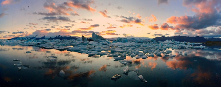 """Giải nhất Panorama - """"Icebergs"""": Vào mùa hè mặt trời trên đường trên đường chân trời gần như cả ngày ở nơi tảng bằng Vatnajökull gặp Đại Tây Dương. Chụp bằng iPhone 6 Plus (Mateusz Piesiak)"""