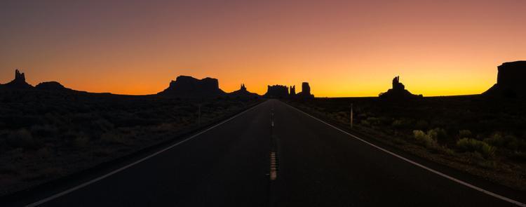 """Giải ba Panorama - """"Sunrise in Monument Valley"""": Hình ảnh được chụp trong chuyến đi kéo dài một tháng ở miền Tây nước Mỹ. Dành nhiều thời gian trên đường, tôi muốn ghi lại cảm giác rộng mở mình được trải nghiệm. Chụp bằng iPhone 7 Plus. (Clifford Pickett)"""