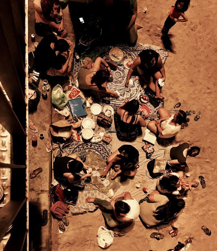 """Giải ba Con người - """"Night at the beach"""": Một gia đình đang picnic trên bờ biển. Chụp bằng iPhone 7 Plus. (Pascal Desapio)"""