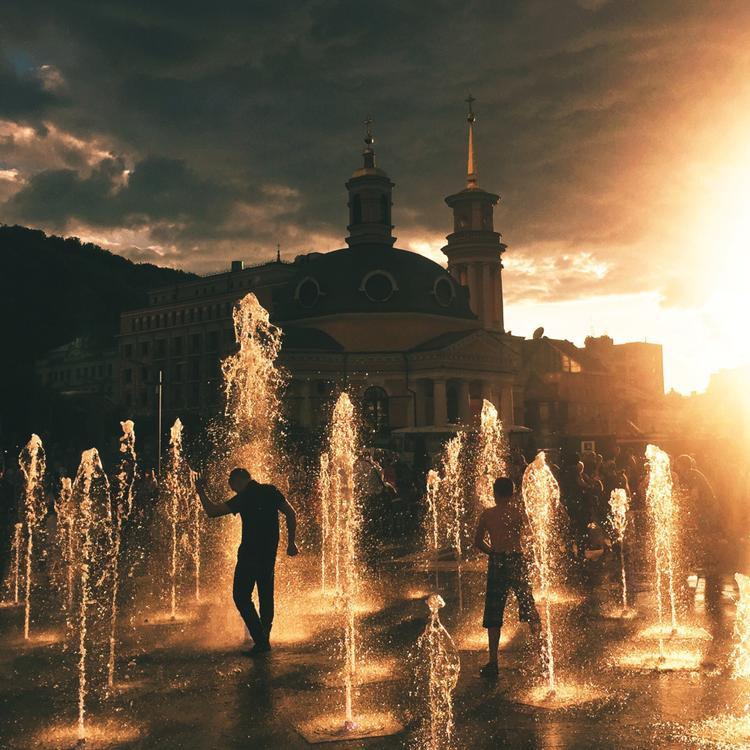 """Giải ba Hoàng hôn - """"Sunset Vibé"""": Chụp bằng iPhone 6. (Ruslan Zabulonov)Giải nhất Du lịch - """"Silk Road"""": Chụp bằng iPhone 6s. (Anna Aiko)"""
