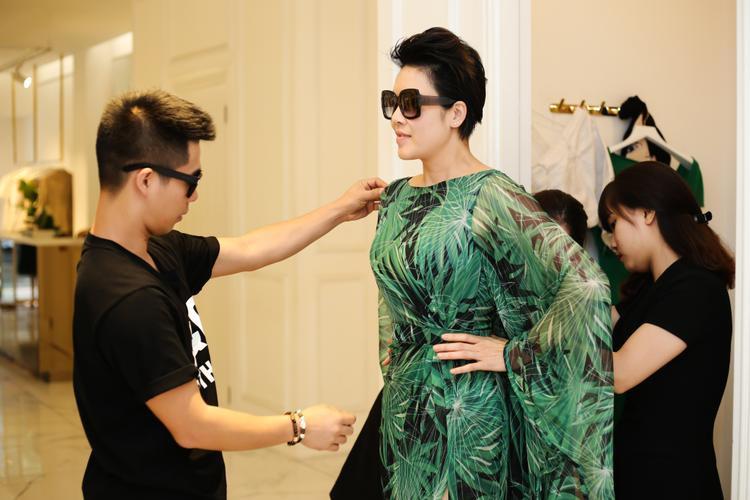 Ca sỹ Thu Phương được stylist Travis Nguyễn tư vấn mặc 1 chiếc đầm cánh dơi có họa tiết nhiệt đới với gam xanh chủ đạo.