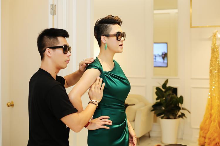 Tiếp đến, Thu Phương thử 1 chiếc váy khác màu ngọc lục bảo.