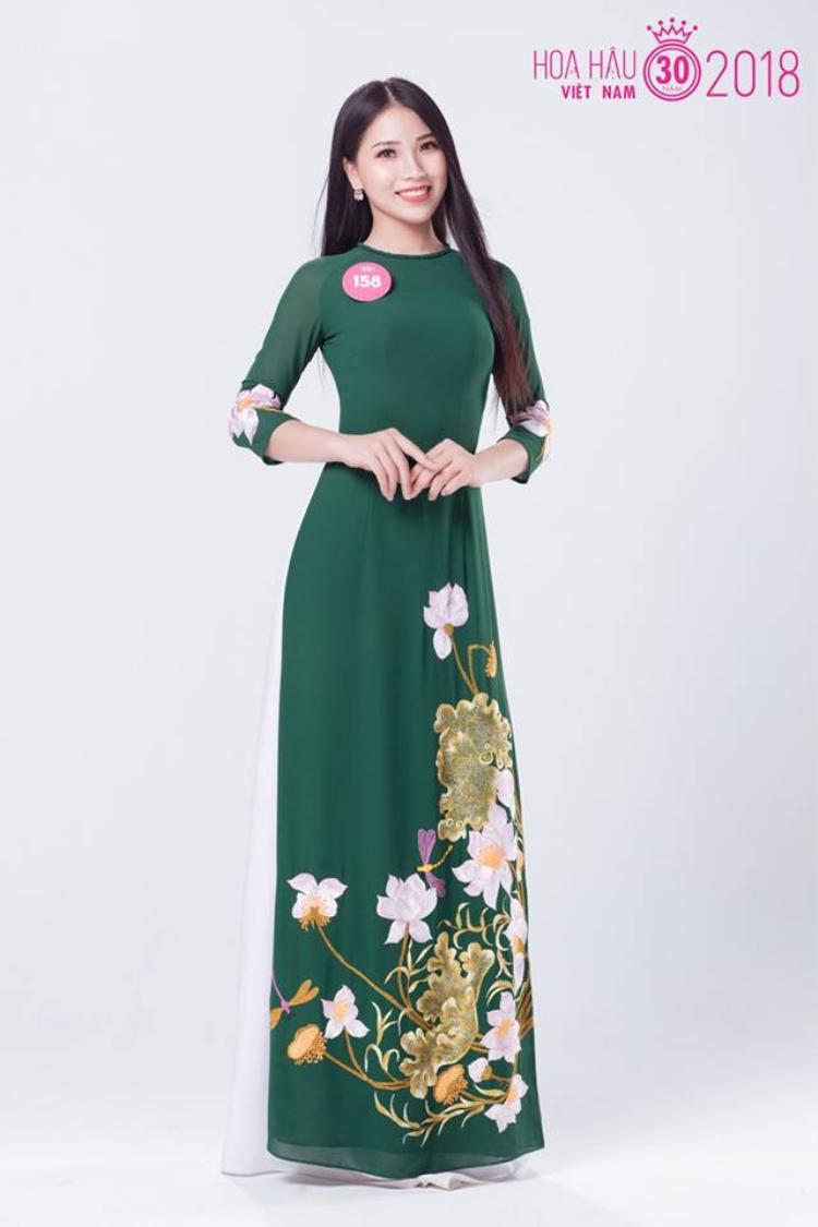 Nguyễn Thị Ngọc Nhung duyên dáng trong tà áo dài tham gia Hoa hậu Việt Nam 2018.