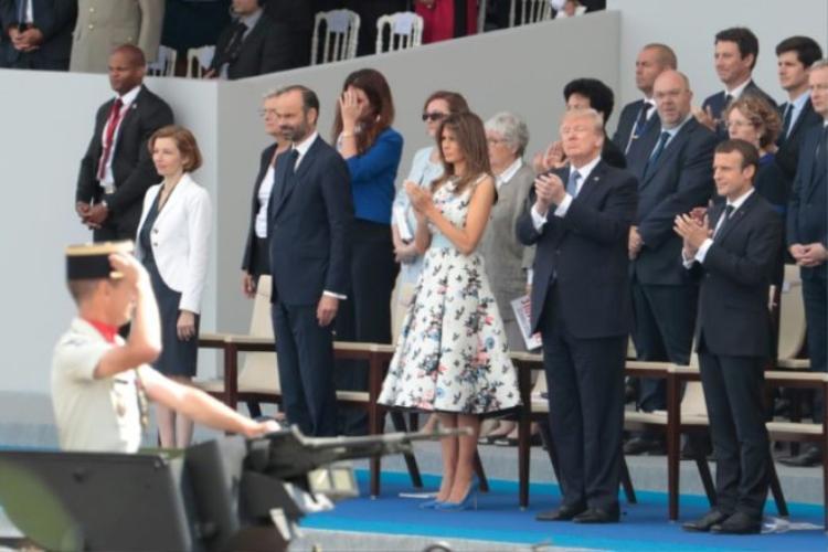 (Từ hàng cuối bên phải) Tổng thống Pháp Emmanuel Macron, Tổng thống Mỹ Donald Trump, Ngoại trưởng Mỹ Melania Trump, Thủ tướng Pháp Edouard Philippe và Bộ trưởng Quốc phòng Pháp Florence Parly tham dự cuộc diễu hành quân sự kỷ niệm Ngày Quốc khánh Pháp thường niên trên đại lộ Champs-Elysees, Paris ngày 14/7/2017. Ảnh: AFP/Getty