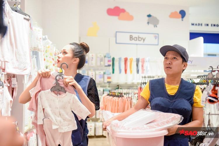 Hương Giang khá thích thú trong việc mua sắm các vật dụng cho trẻ nhỏ.