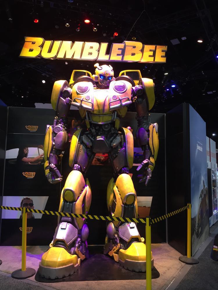 Mô hình robot Bumblebee đồ sộ.