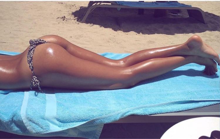 Khi phơi nắng bạn cần bảo vệ da bằng kem chống nắng cẩn thận