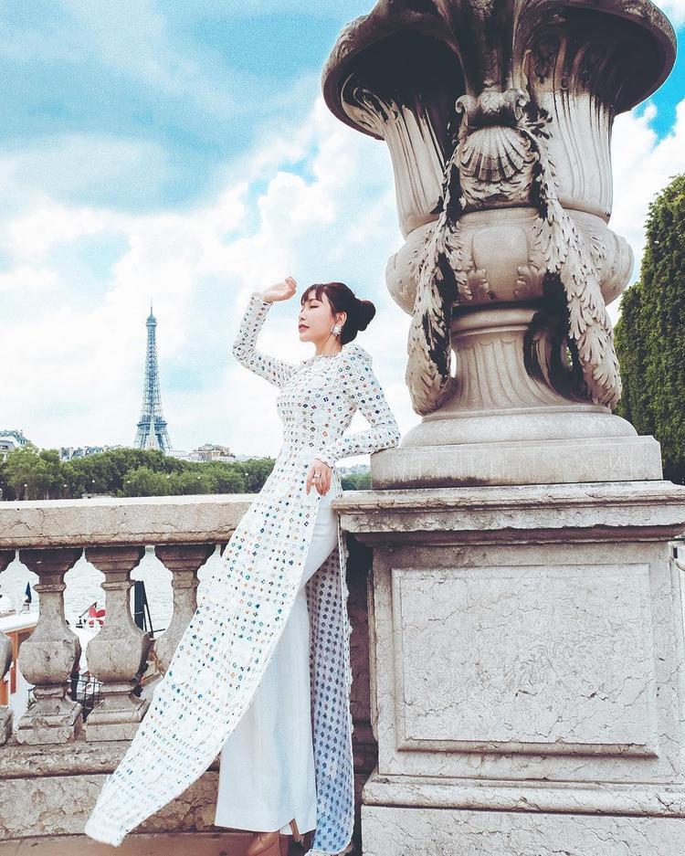 Ấy thế mà, nữ ca sĩ lại vô tình vướng phải cuộc đụng độ cùng hoa hậu Lam Cúc. Cùng khoe dáng trong tà áo dài trắng, cả hai mỹ nhân showbiz đều khiến khán giả khó rời mắt, chẳng thể phân định ai mặc đẹp hơn.