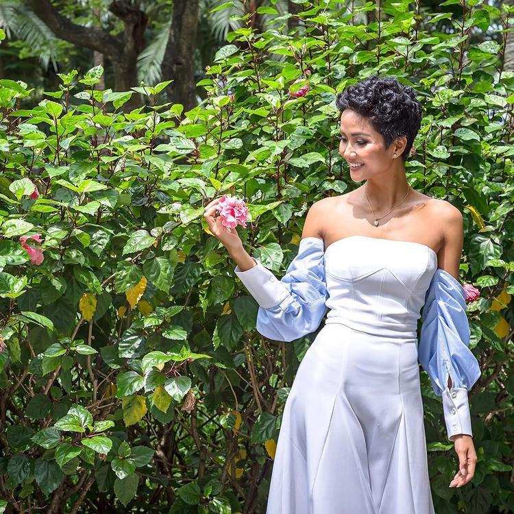 Tóc ngắn xoăn tít cá tính, váy cúp ngực tay phồng dịu dàng, H'Hen Niê thật biết cách khiến khán giả chú ý khi kết hợp những gì tưởng chừng không liên quan nhưng lại cho ra tổng thể phù hợp.