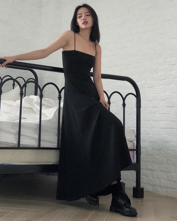 """Sở hữu gu ăn mặc thời thượng, tinh tế, Khánh Linh The Face tiếp tục khiến giới mộ điệu """"phát cuồng"""" khi mix váy dài cùng boots cao cổ."""