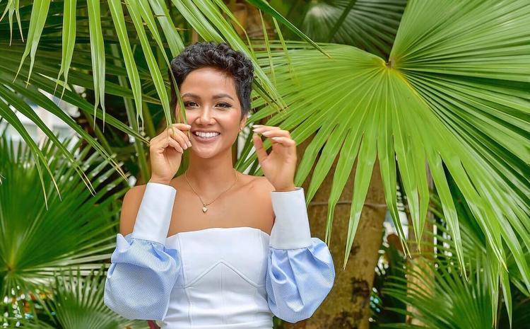 Màu sắc nhẹ nhàng, tươi sáng của trang phục giúp H'hen Niê tăng thêm phần ngọt ngào, nữ tính hòa mình vào không khí tươi xanh của mùa hè. Cô nàng tinh tế khi nhấn nhá bằng trang sức nhỏ nhắn và mái tóc xoăn ấn tượng.