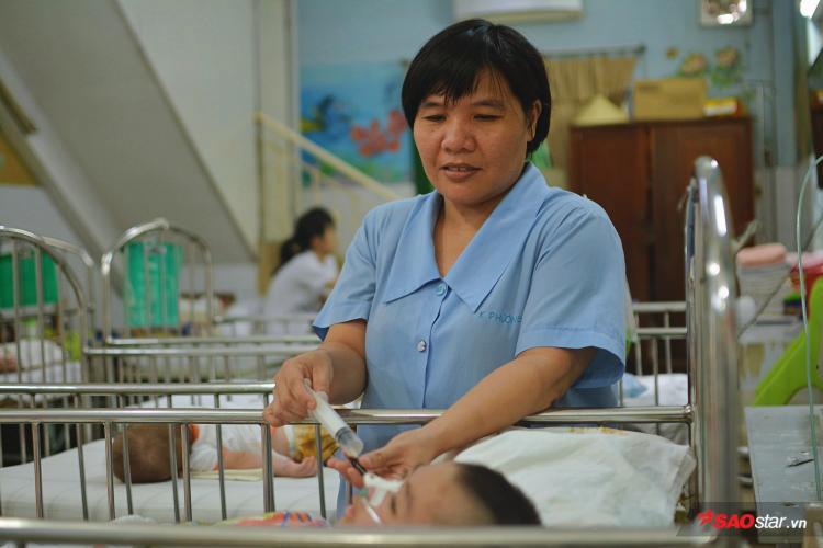 Hằng ngày, những bác sĩ và bảo mẫu vẫn chăm sóc từng chút một cho hàng trăm đứa trẻ khuyết tật tại Trung Tâm.