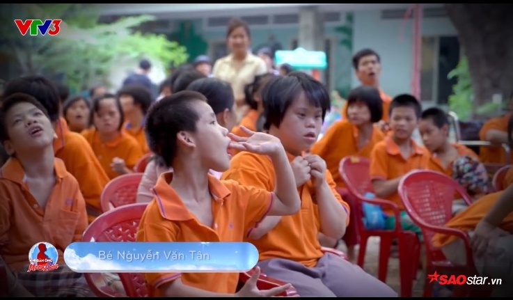 Vào ngày 13/7, sau khi clip bé Tân song ca cùng Trường Giang được chiếu trên VTV3, chị L. (mẹ bé) đã nhận ra đứa con thất lạc 2 năm trời.