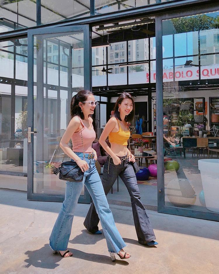 Phải nói Chi Pu cực kì hợp với style vintage quần ống loe kết hợp với áo crop top ngắn.