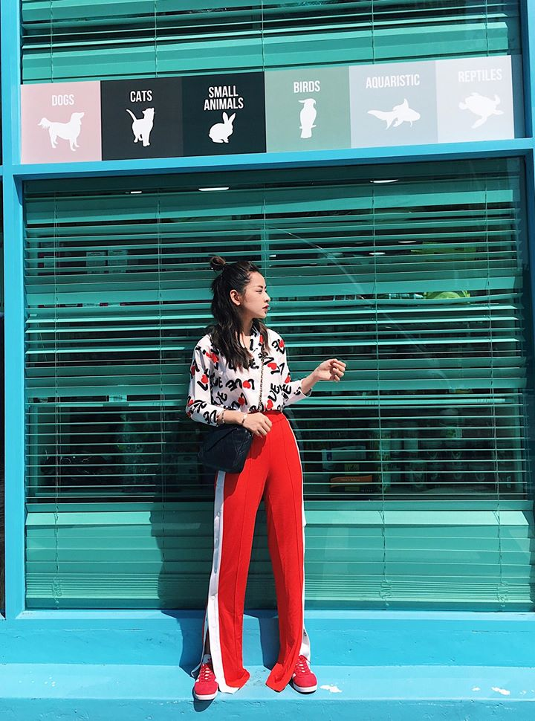 Thiết kế ống xẻ hai bên mang hơi hướng thời trang Retro những năm 70-80 chính là điểm nhấn cho trang phục thể thao này. Hai sọc trắng hai bên của quần sẽ giúp người mặc cao lên rất nhiều.