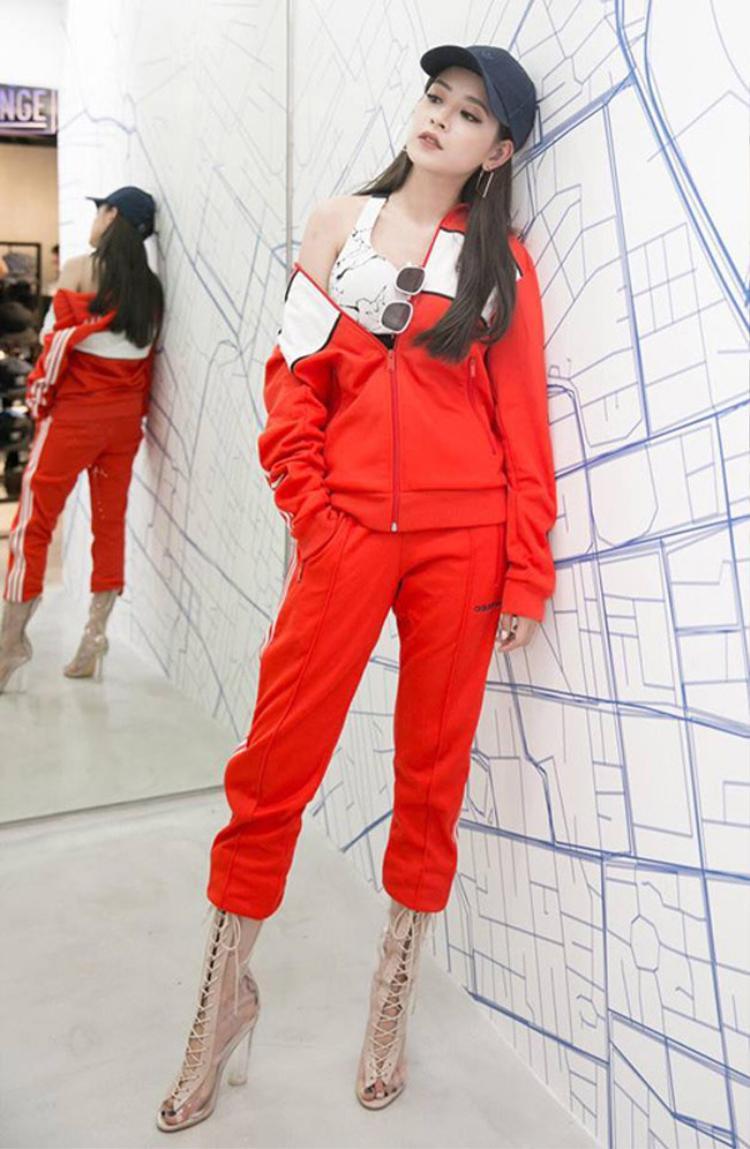 Bộ đồ thể thao năng động kết hợp với đôi giày cao gót nhìn Chi Pu không kém gì những nàng siêu mẫu