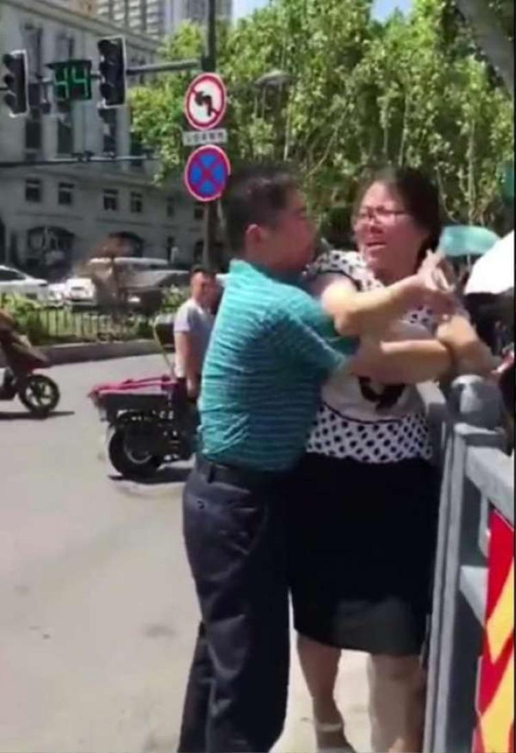 Người vợ liên tục tát và đánh vào đầu chồng.