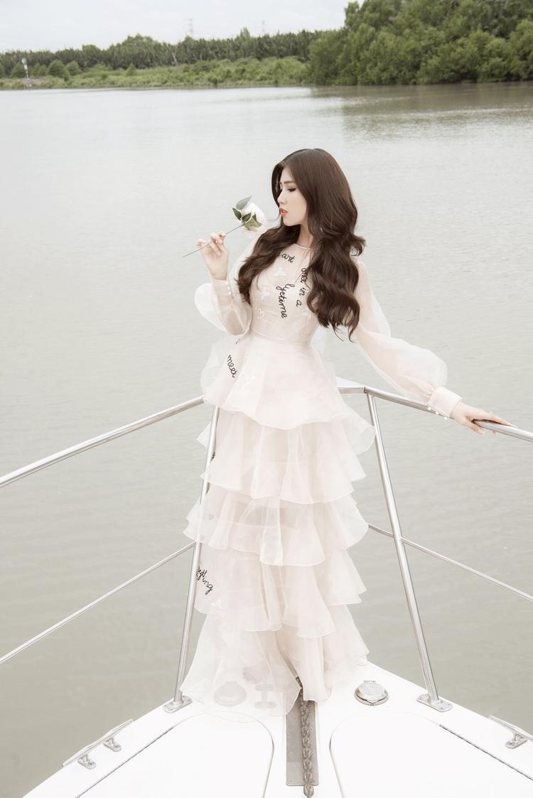 Bộ trang phục như những đám mây bồng bềnh với điểm nhấn là phần tay phồng xuyên thấu cùng chân váy xếp ly nhẹ nhàng.