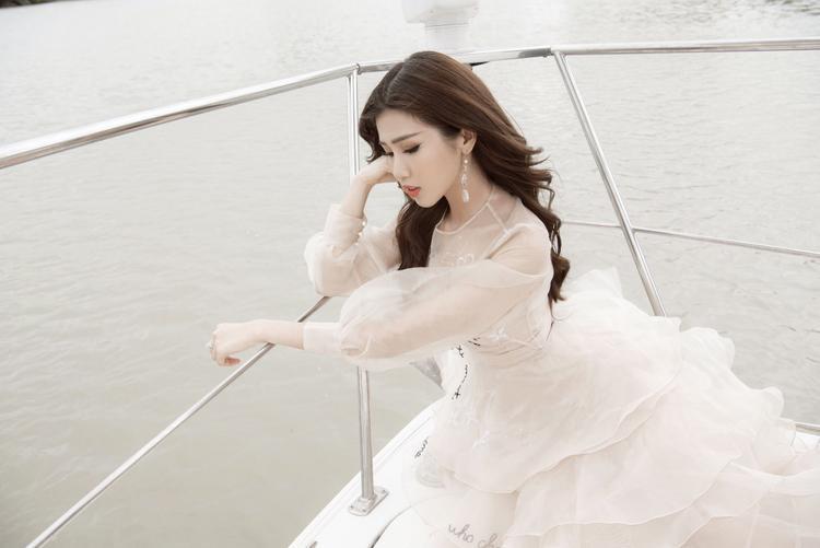 Trong bộ ảnh mới nhất, cô nàng diện thiết kế voan xuyên thấu khoe vẻ đẹp dịu dàng, mềm mại khi thả dáng trên du thuyền triệu đô.