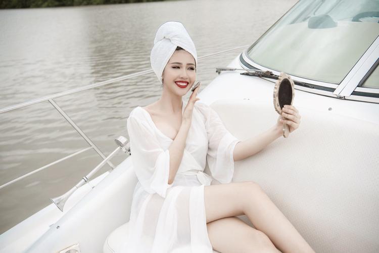 Thiết kế màu trắng mỏng manh tiếp tục giúp cô nàng ghi điểm.Kết hợp với khăn tắm cuốn trên đầu, Phương Đài muốn tái hiện hình ảnh quý cô đang thư giãn nghỉ ngơi, làm đẹp sau khi tắm biển, thưởng thức rượu vang trên du thuyền.