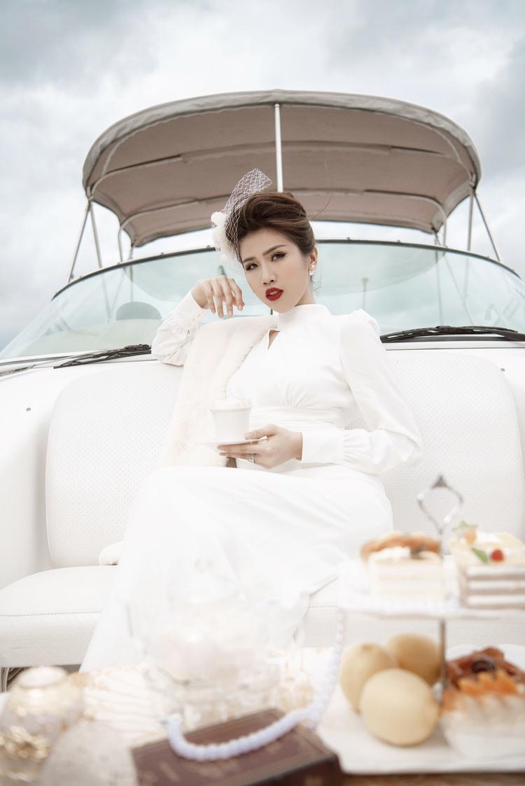 Phương Đài tiếp tục khiến nhiều người trầm trồ ngưỡng mộ với bộ trang phục hóa quý cô cổ điển đang thưởng trà, ngắm cảnh.