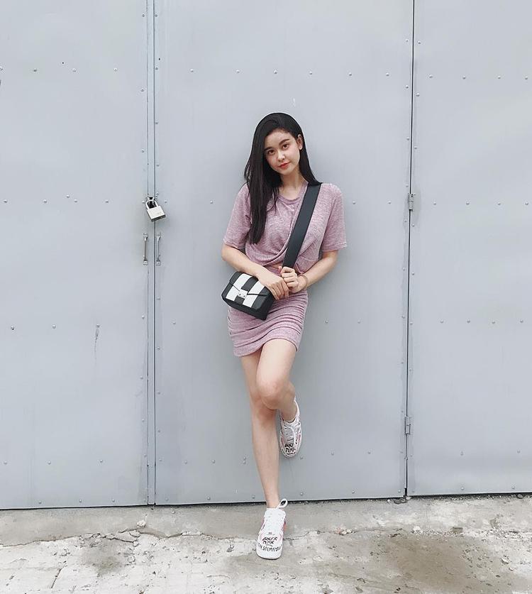Chọn cho mình phong cách đơn giản, năng động dạo phố, Quỳnh Anh như hóa thành cô gái tuổi teen tràn đầy sức sống.