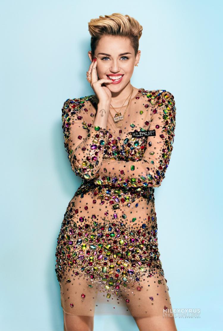 Tháng 9/2013: Miley hủy theo dõi Liam trên Twitter và tuyên bố hủy hôn.