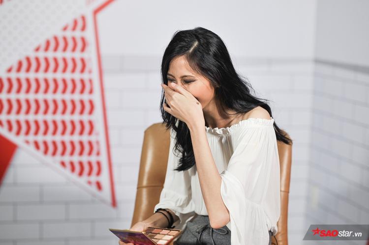"""Việc chẳng hề ngần ngại, không sợ """"làm xấu"""" của Cao Ngân khiến khán giả thích thú, không ít người đã bình luận tích cực, đồng thời """"thả tim"""" cho cô nàng trong buổi livestream của """"8′ chuyện thời trang""""."""