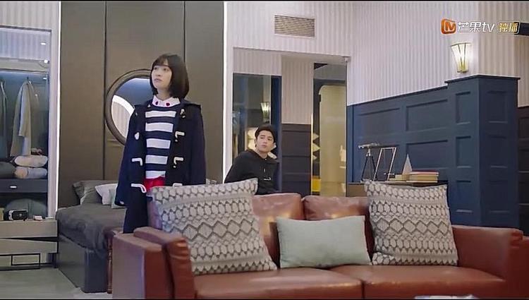 Biết Sam Thái đang rất lo lắng, anh đưa cô đến phòng của mình.