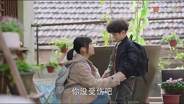 Vì nhà hàng xóm có việc bận, Sam Thái phải trông giúp Tiểu Long của họ. Không còn cách nào khác, cô nàng đành đem theo cậu bé đi hẹn hò với A Tự khiến anh nổi đóa.