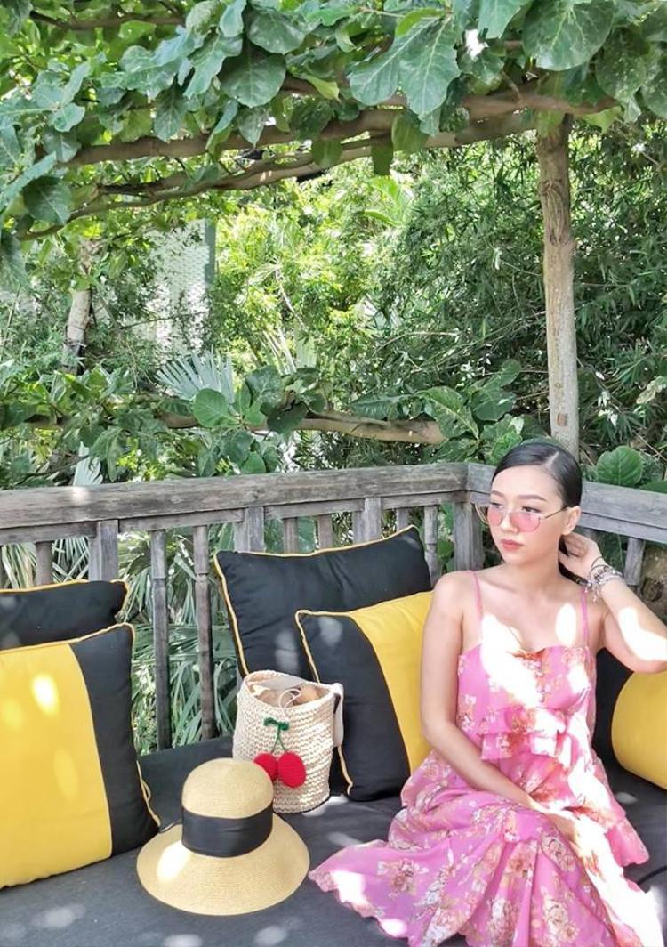 Nữ diễn viên đôi khi thay đổi hình ảnh style dịu dàng với đầm bông hai dây