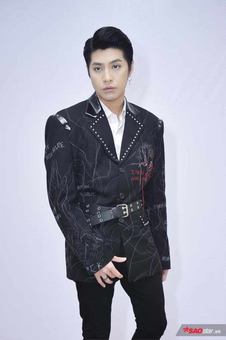 Chiếc áo vest với phần cầu vai rộng, vạt dài chính là chiêu thức để Noo hô biến thân hình vạm vỡ. Những họa tiết lạ mắt không theo 1 quy chuẩn nào và phần cổ áo được phối da chính là điểm nhấn của set đồ.