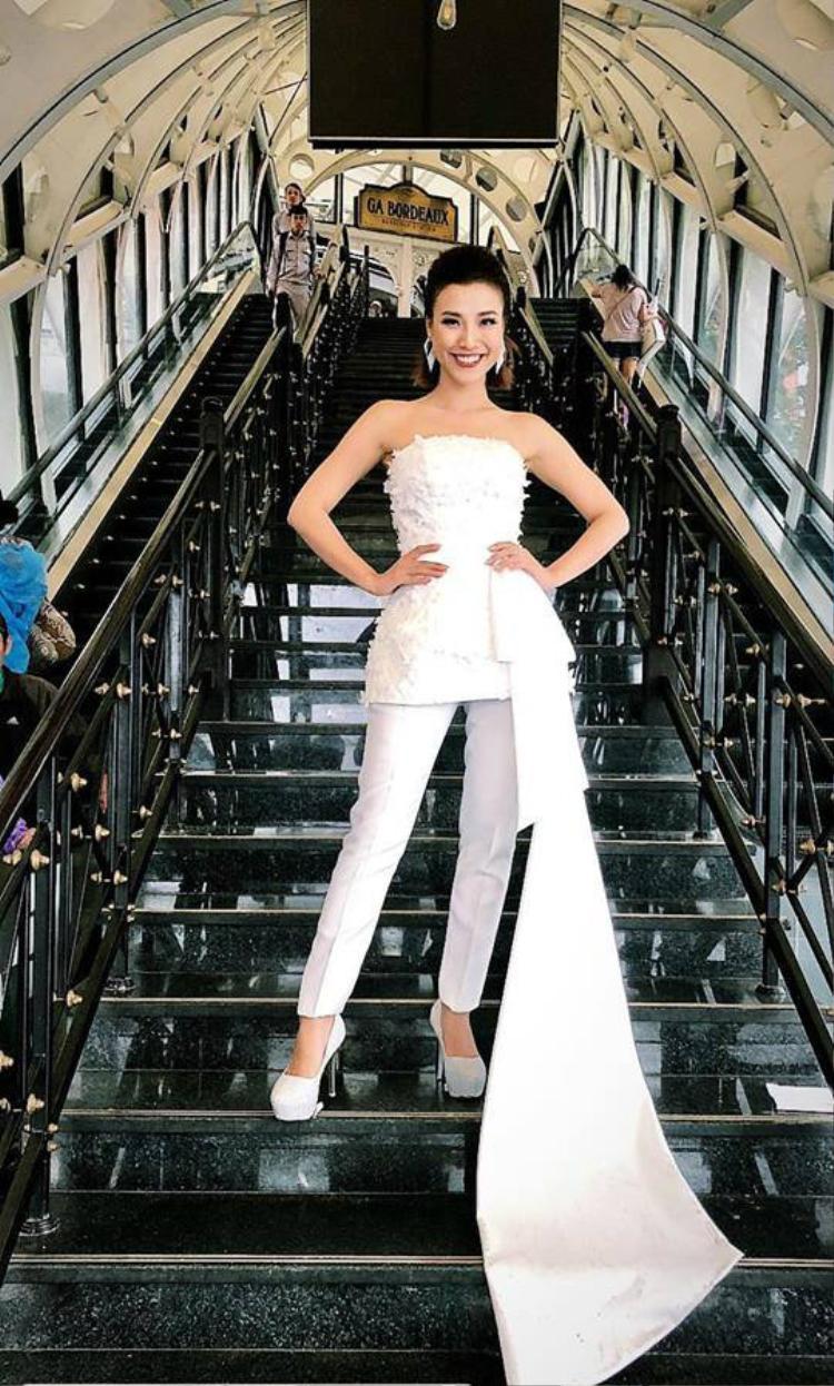 Gần đây tại các sự kiện Á hậu Hoàng Oanh và Hoa hậu H'hen Niê có sự tương đồng đến lạ. Cả hai chân dài đều ưu ái sắc trắng hơn cả. Chưa hết những thiết kế độc lạ, có sự phá cách mạnh tay là sự lựa chọn hàng đầu của tình cũ Huỳnh Anh.