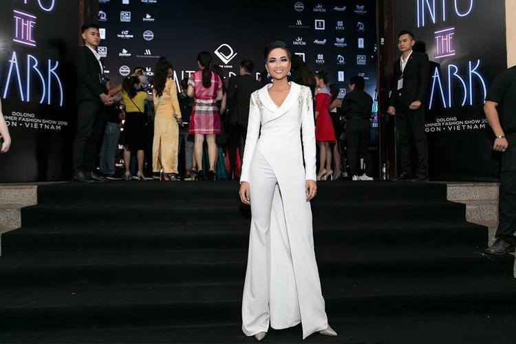 """Hoa hậu H'Hen Niê khiến người hâm mộ """"mắt chữ O mồm chữ A"""" với diện mạo không thể nào chất hơn. Thiết kế quần ống đứng, hơi loe giúp chân dài Ê Đê """"ăn gian"""" chiều cao thành công."""