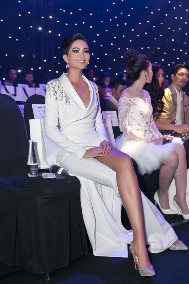 Hoa hậu tóc ngắn khoe làn da bánh mật với kiểu quần ống cụt ống dài. Đây là thiết kế khá phù hợp với những cô nàng thích mới lạ như H'Hen Niê, Hoàng Oanh.